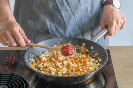 Tomatenmark dazugeben