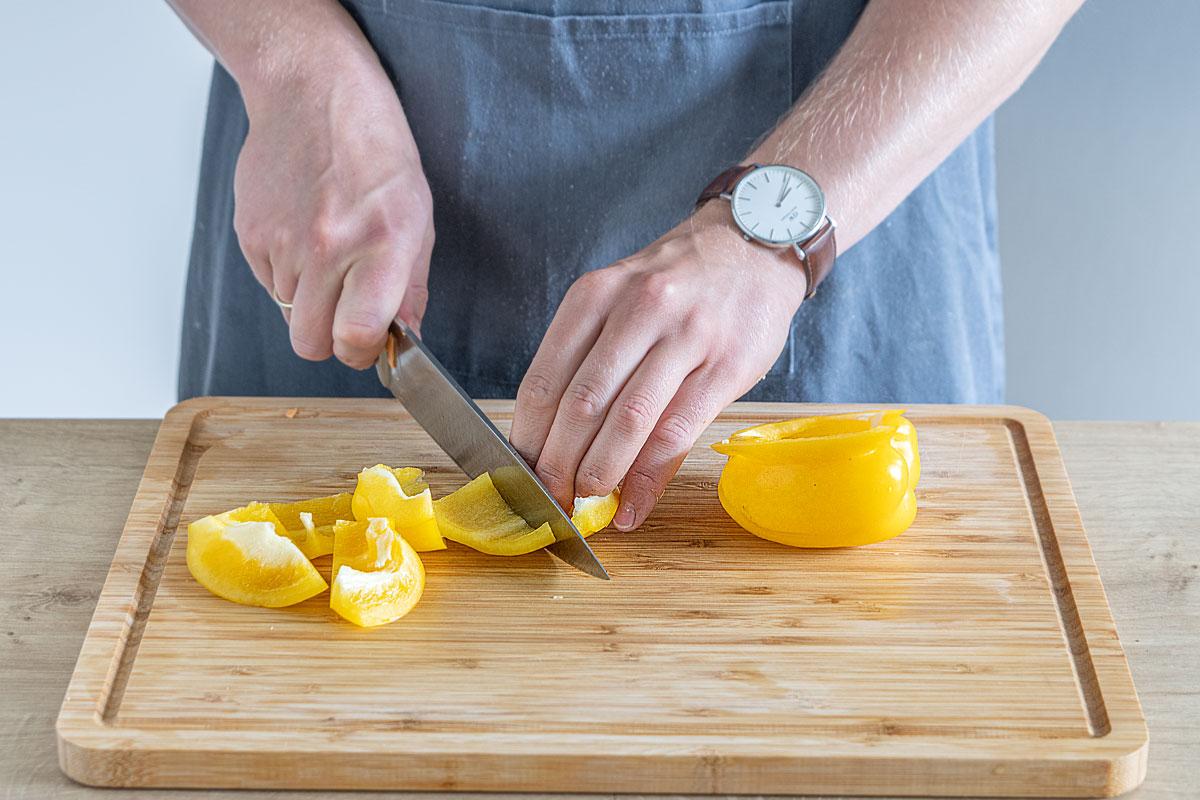 Für das Kalbsfilet aus dem Ofen die Paprika schneiden