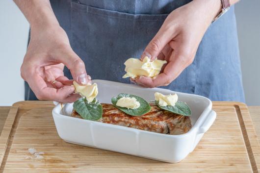 Butter und Salbei dazugeben