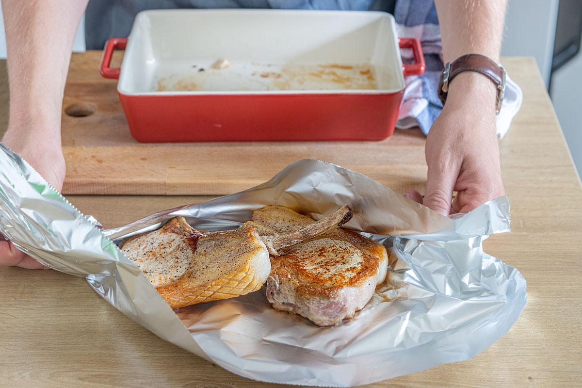 Saftig gebratene Koteletts in Alufolie packen
