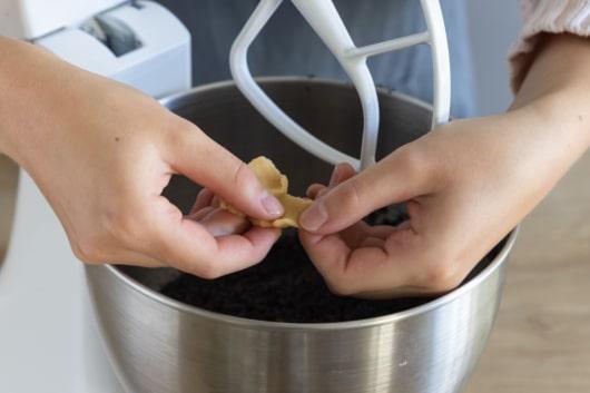 Marzipan zur Mohnmasse zupfen