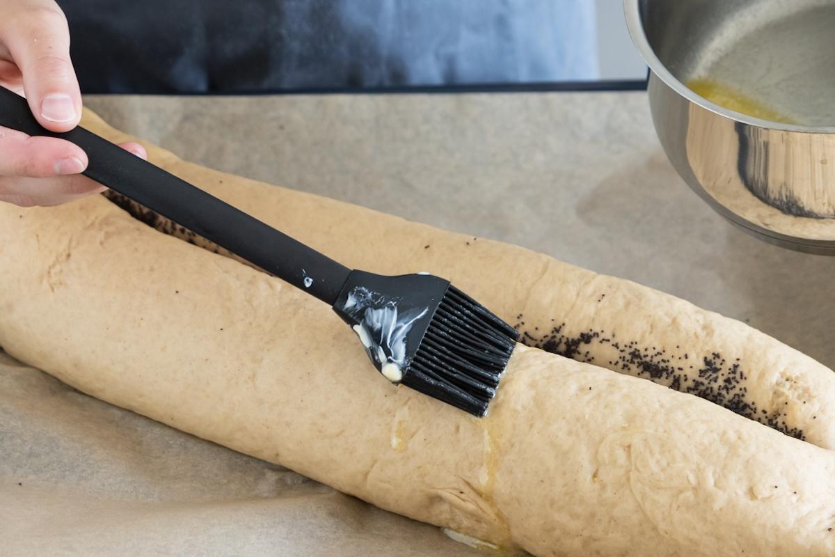 Mohnstollen mit Butter einstreichen