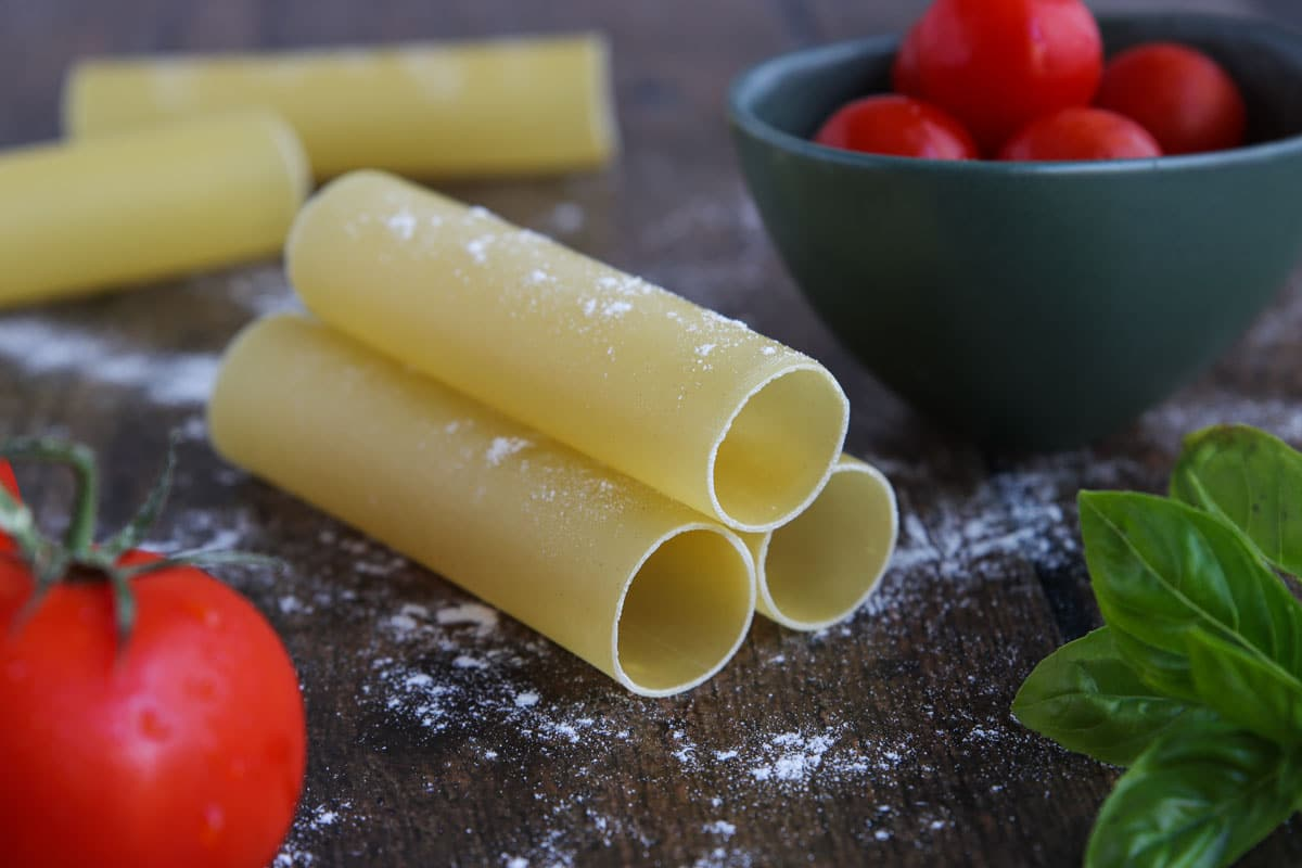Cannelloni auf dem Tisch gestapelt