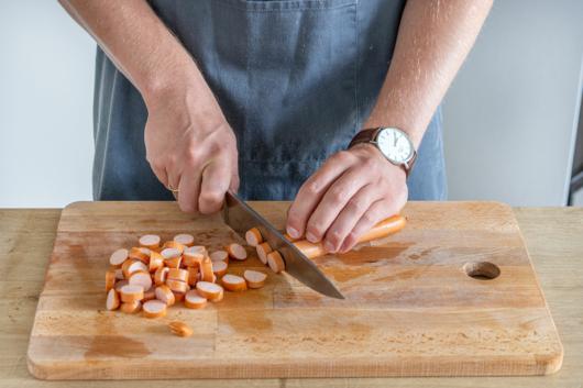 Wiener in Scheiben schneiden