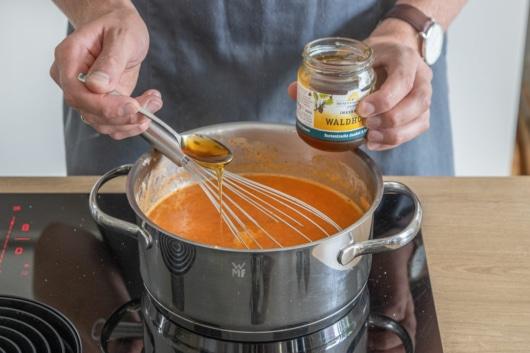 Honig zur einfachen Paprikasuppe geben