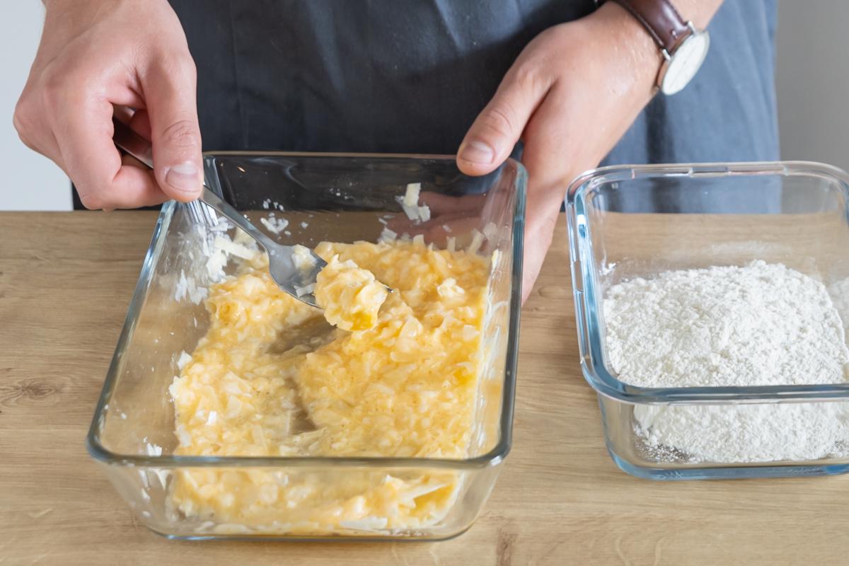 Parmesan-Ei-Panade für Kalbsschnitzel vorbereiten
