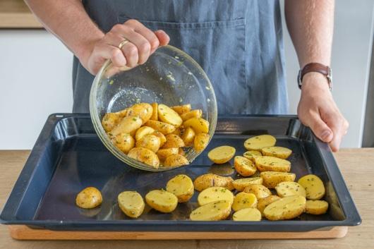 Rosmarinkartoffeln auf ein Backblech geben