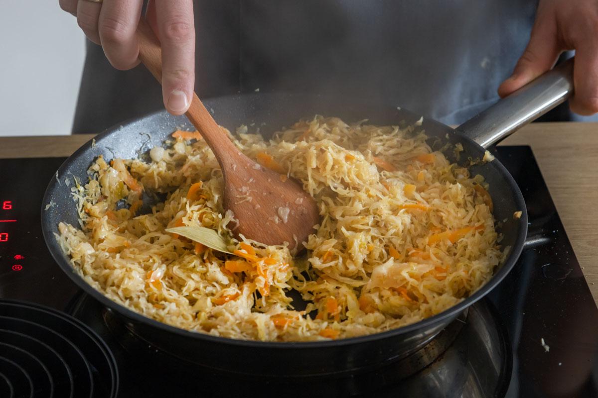 Sauerkraut braten und schmoren