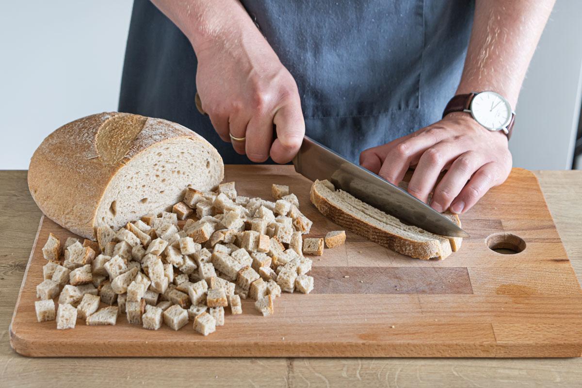 Brot in Würfel schneiden