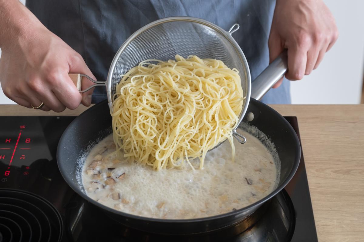 Spaghetti mit der Sauce vermengen