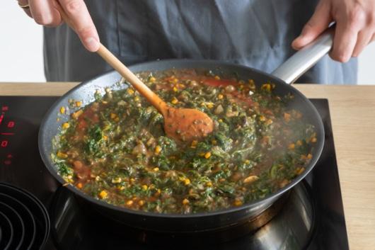 Spinat-Tomatensauce für die Gemüselasagne zubereiten