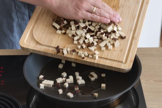 Tofu für die vegane Carbonara anbraten