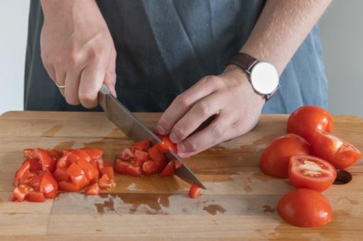 Tomaten vom Strunk entfernen und würfeln