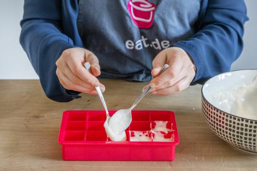 Vorteig in Eiswürfel Form füllen