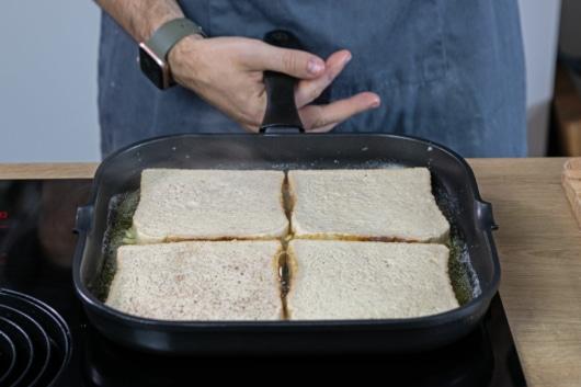 Toast in Pfanne legen