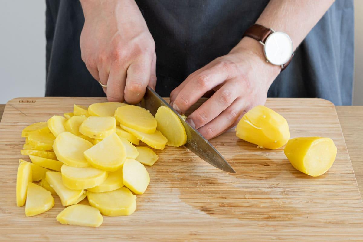 gekochte Kartoffeln in Scheiben schneiden
