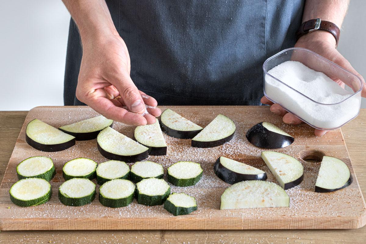 Aubergine und Zucchini in Scheiben schneiden und salzen