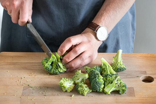 Brokkoli in Rösschen schneiden