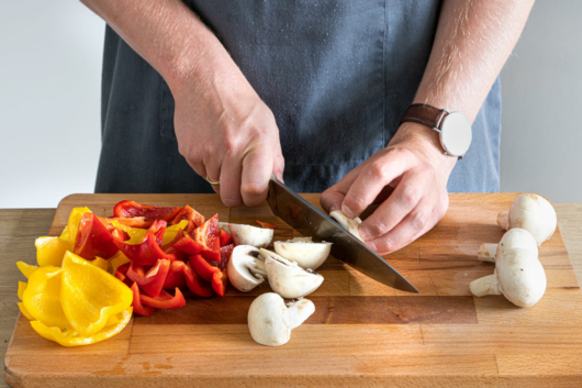 Paprika und Champignons in Stücke schneiden