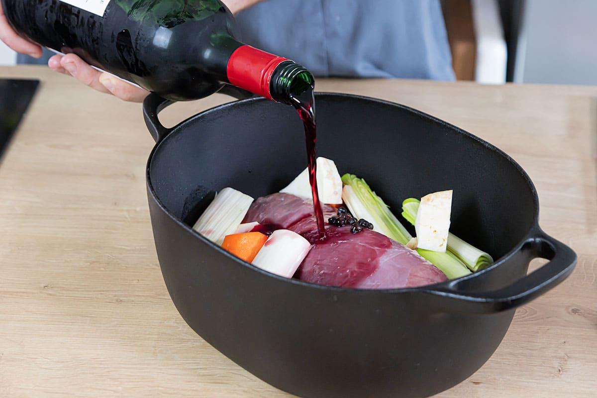 Hirschkeule mit Rotwein einlegen