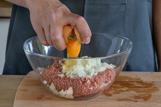Ei zum Hackfleisch geben