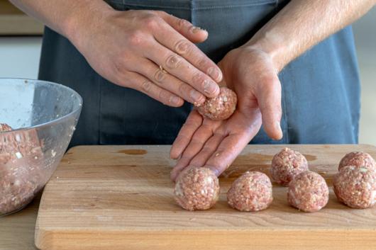 Hackfleisch zu kleinen Bällchen formen