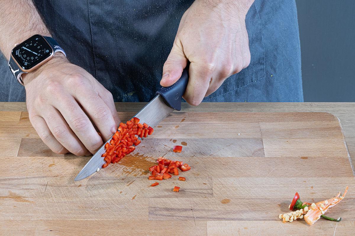 Chili klein schneiden