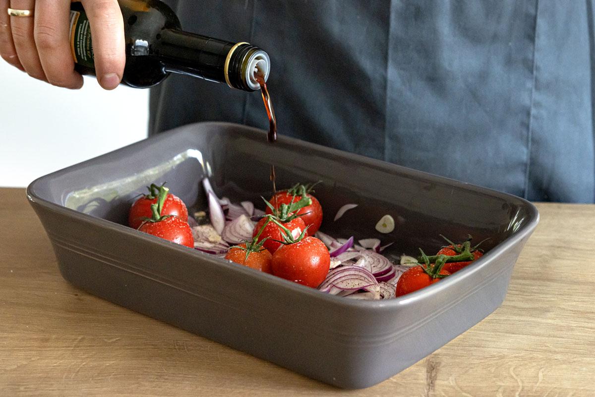Balsamico zu den Tomaten geben
