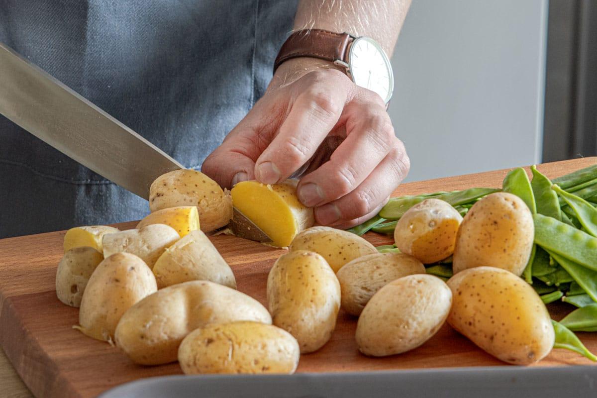 Kartoffeldrillinge halbieren