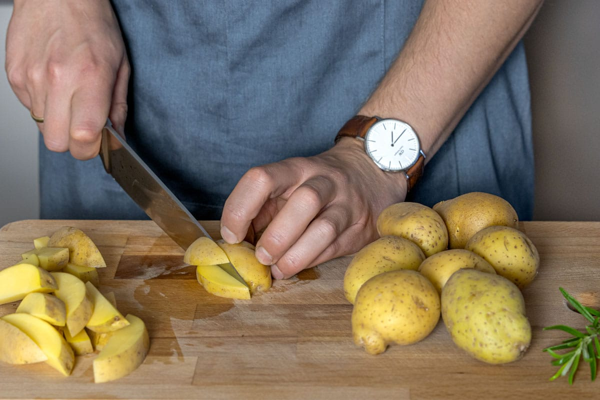 Kartoffeln in Stifte schneiden