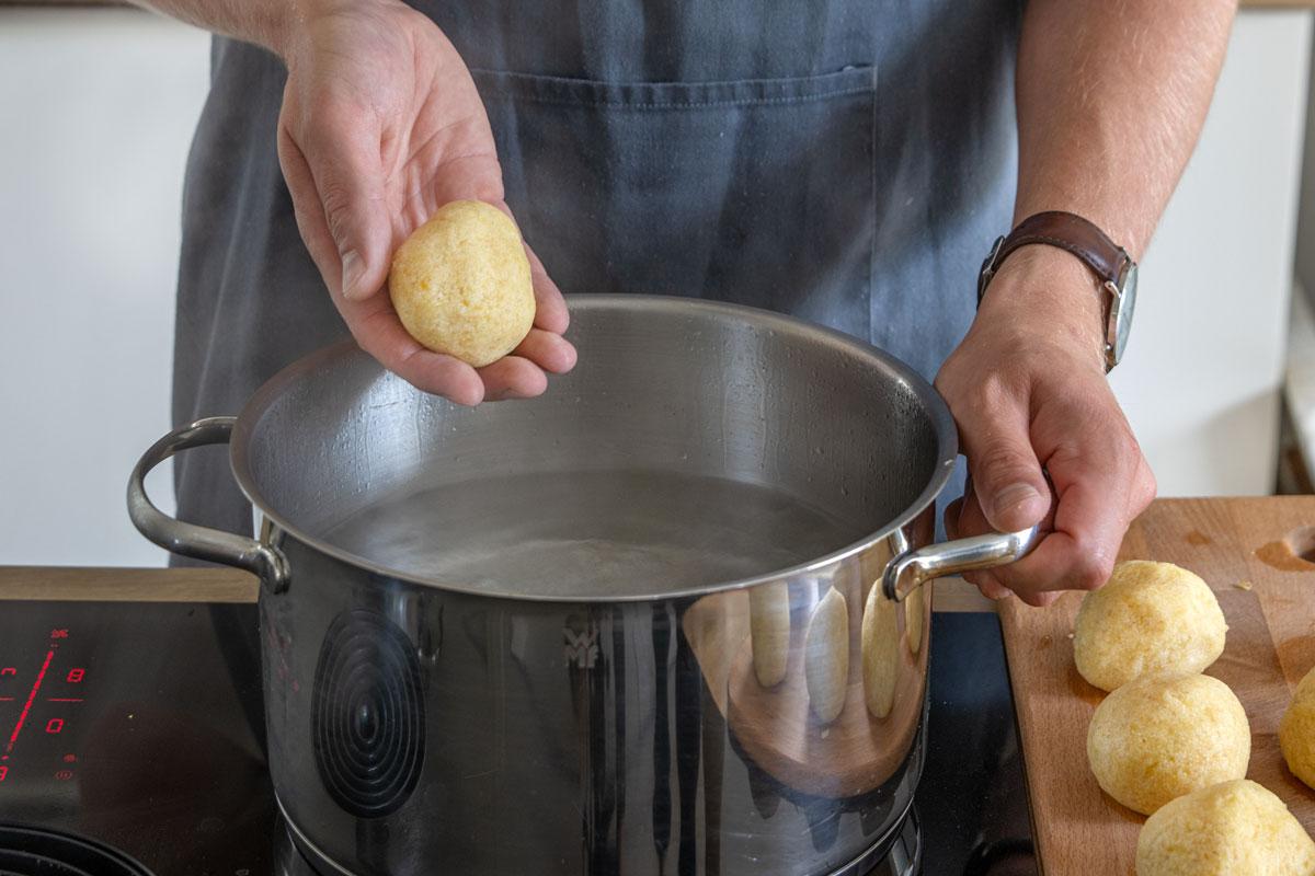 Kartoffelknödel ins Wasser geben