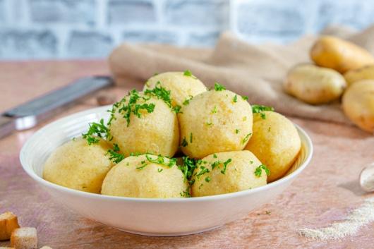Kartoffelknödel mit Grieß als Beilage zu Gulasch