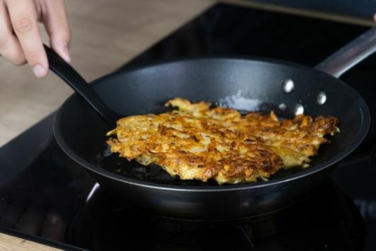 Kartoffelpuffer goldgelb ausbacken