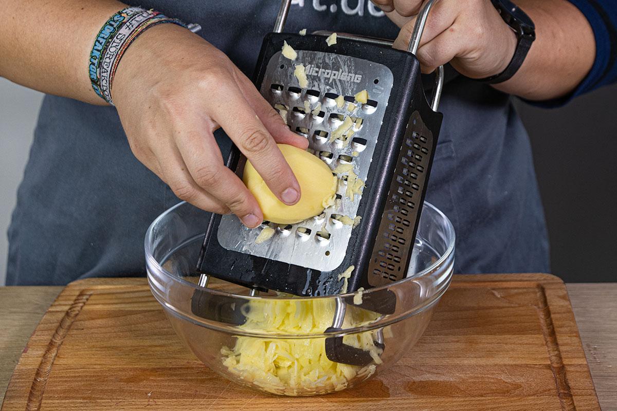 Kartoffeln für Reibekuchen raspeln