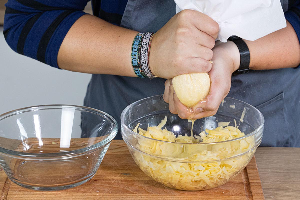 Kartoffeln reiben und auspressen