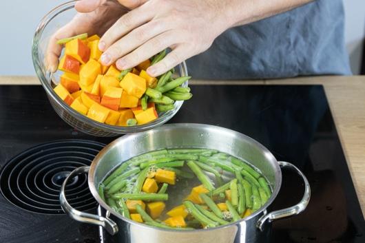 Kürbis und Bohnen kochen