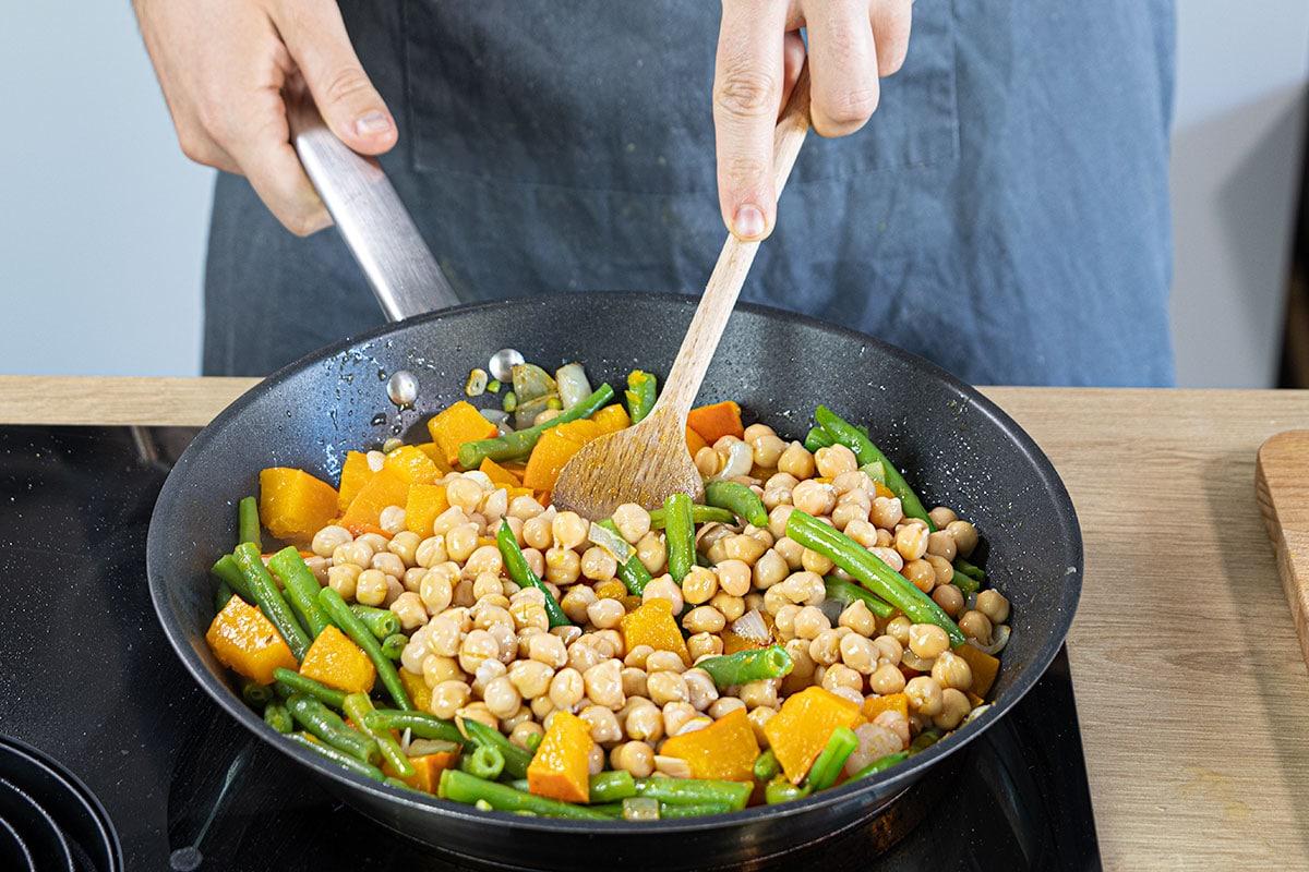 Kichererbsen zur Gemüse Kürbis Pfanne geben