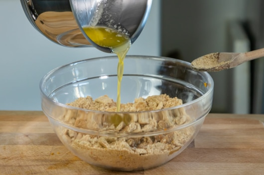 geschmolzene Butter zu Keksen geben