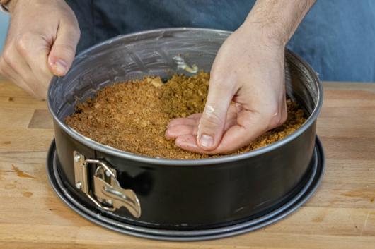 Keksboden in Form drücken