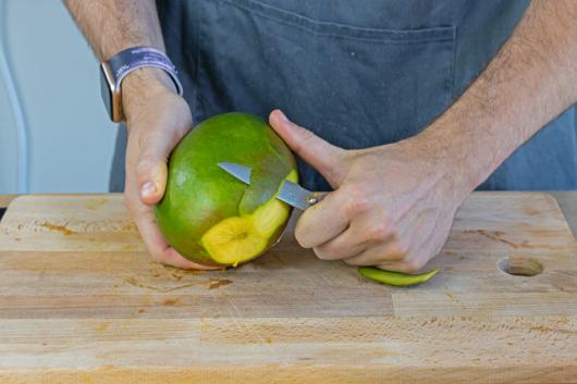 Die Mango schälen