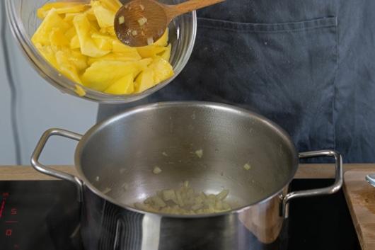 Mango in den Topf geben