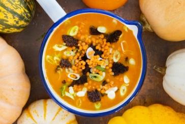 Kürbissuppe mit Ingwer und roten Linsen