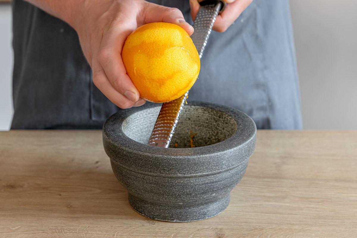 Orangenschale abreiben