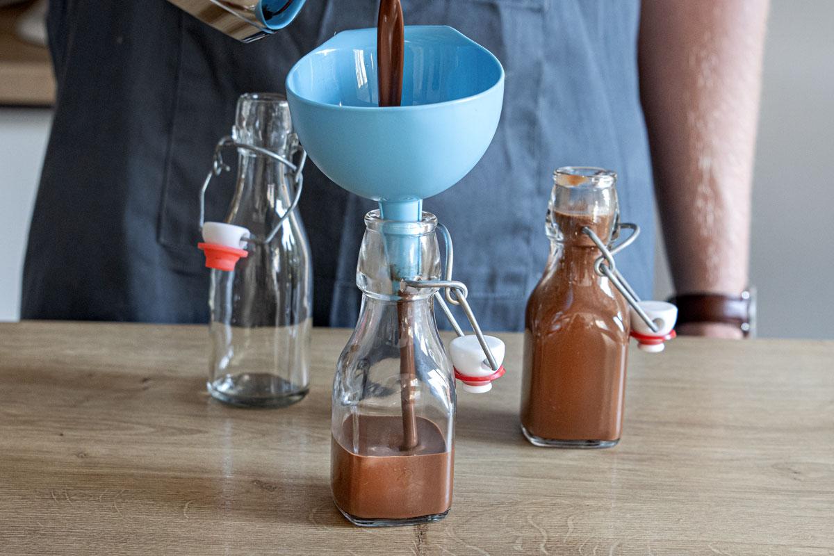 Lebkuchenlikör in Flaschen füllen