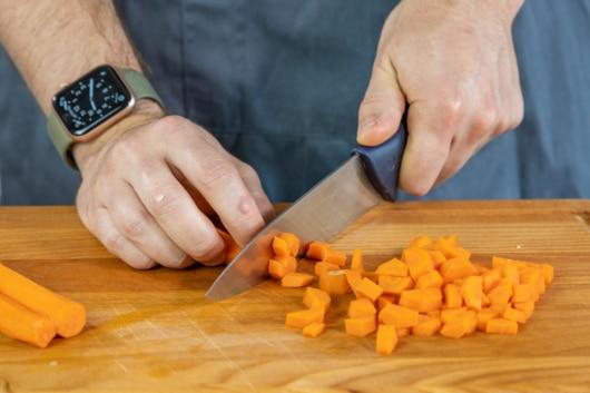 Karotte würfeln