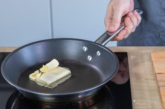 Butter in der Pfanne zerlassen
