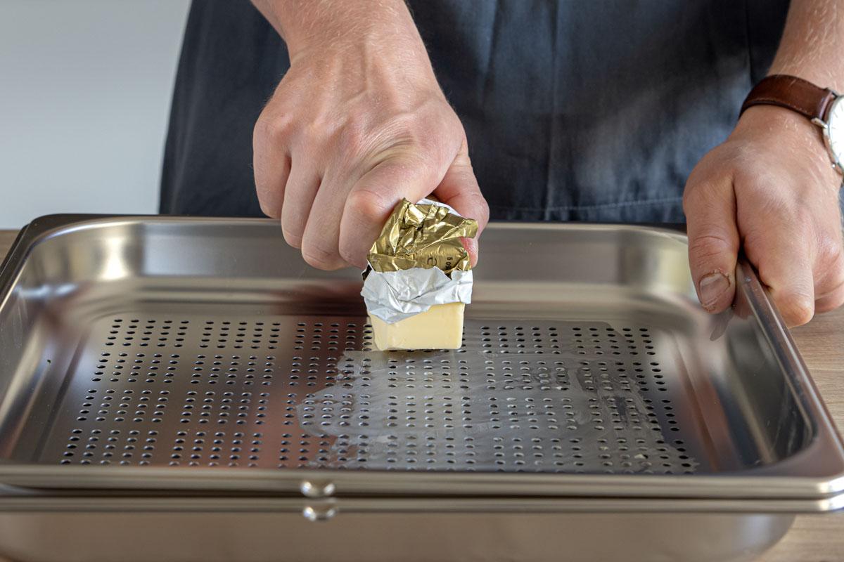 Dampfgarsieb mit Butter einfetten