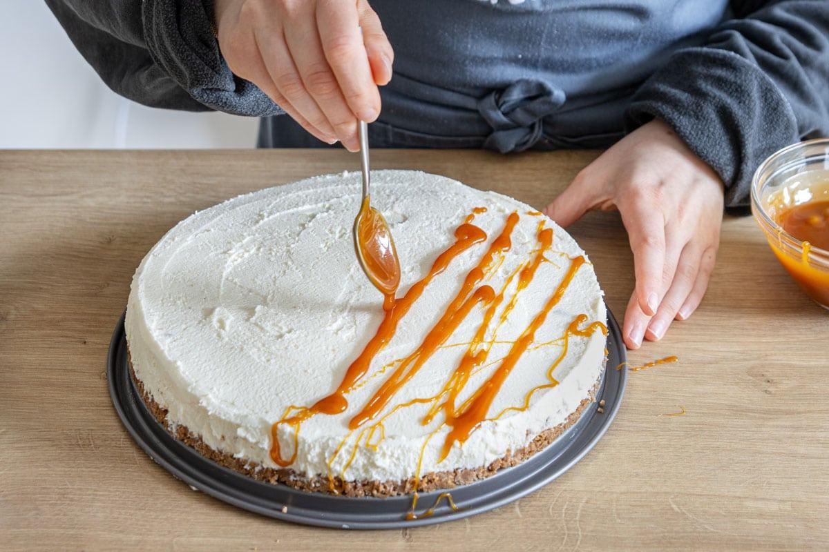 Karamell über den Cheesecake geben