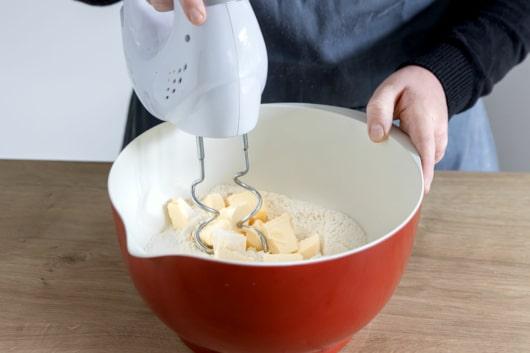 Margarine und Zucker verkneten