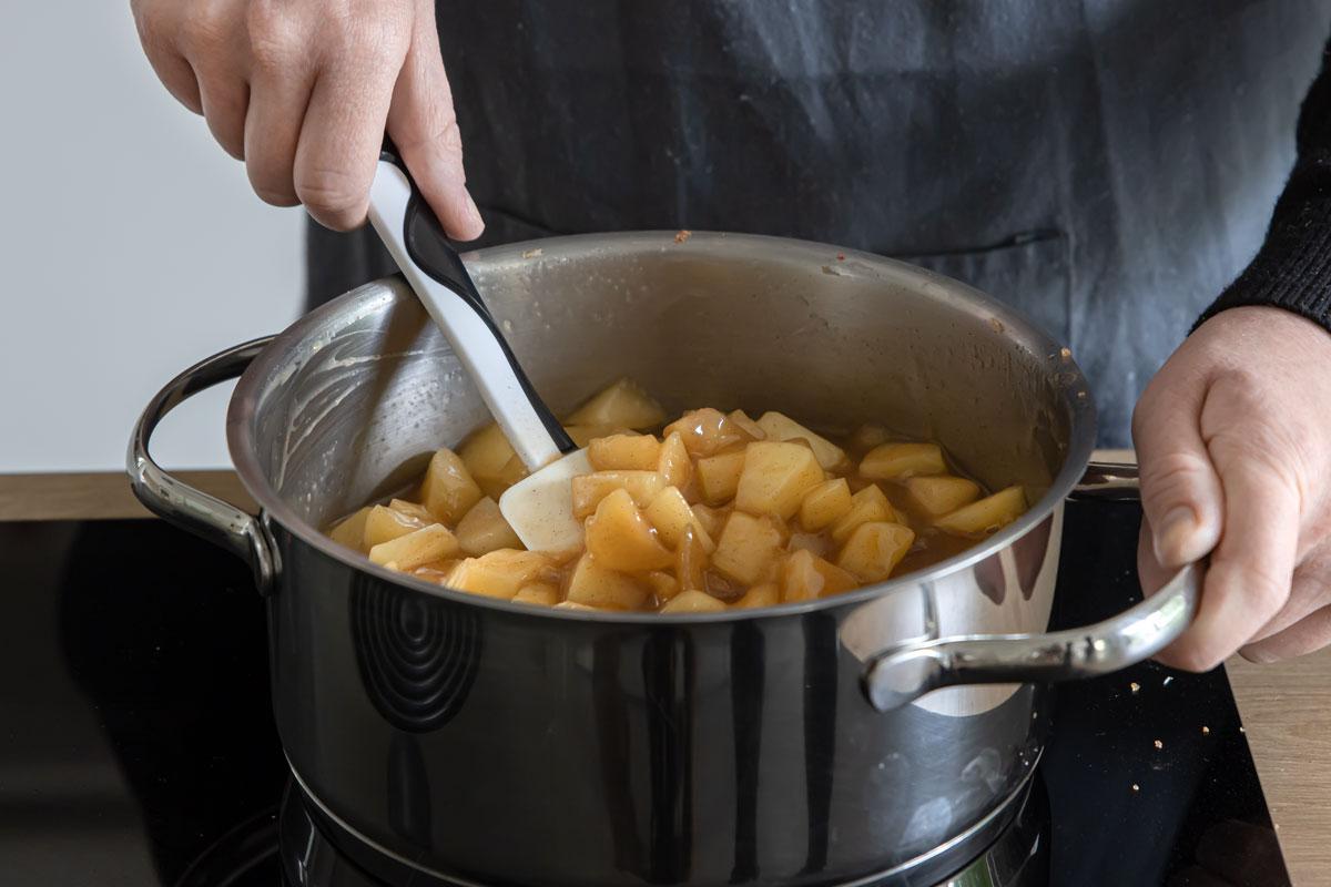 Äpfel mit Pudding und Apfelsaft aufkochen